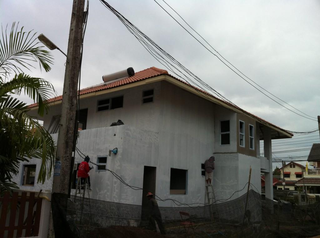 Das Warmwassersystem auf dem Dach ist installiert