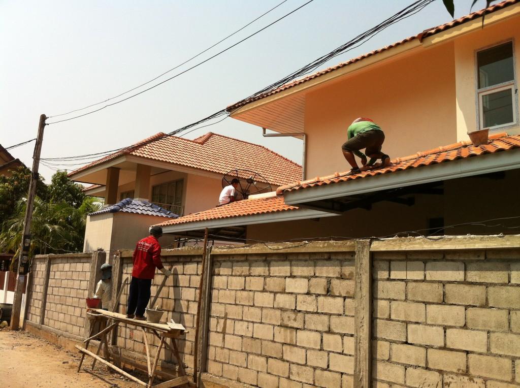 Das Vordach ist bald fertig und die Aussenmauer bekommt den letzten Schliff